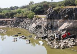 Polícia investiga carros encontrados no fundo de pedreira desativada no interior de SP